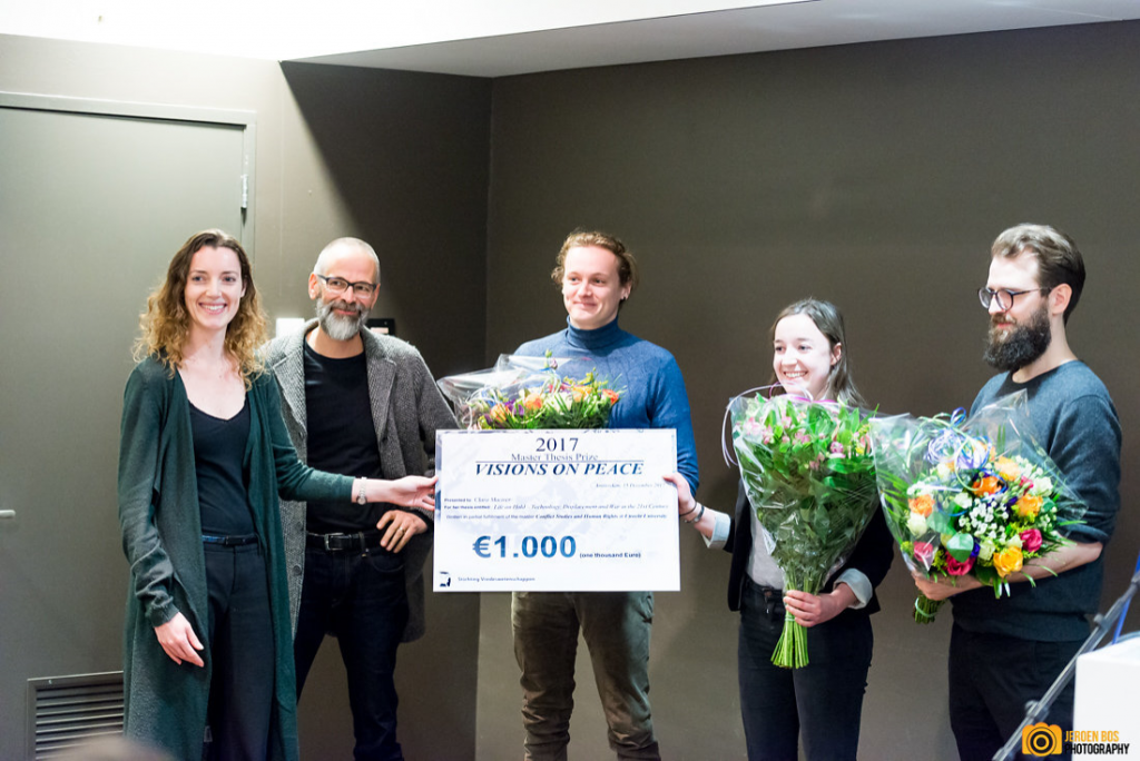 From left to right: Lidewyde Berckmoes (jury chair), Ruud Welten (chair Dutch Foundation for Peace Studies), Josh Walmsley (nominated), Clara Maciver (winner Visions on Peace thesis prize), and Thomas Behrndt (nominated). Foto by Jeroen Bos.